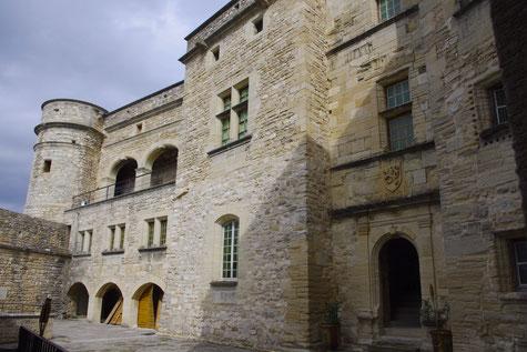 la cour intérieure du château du Barroux