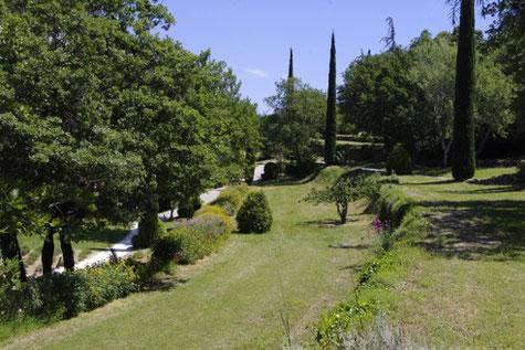 Oppède-le-vieux, die Gärten , die den Parkplazt zum Dorf verbinden.
