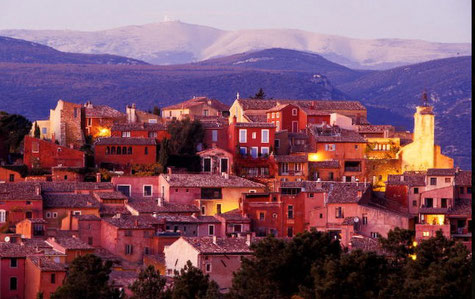 Roussillon in der Mitte der Ockergruben und seine Ocker gefärbte Haüser.
