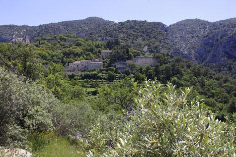 Oppède-le-vieux und das Luberon Gebirge hinten