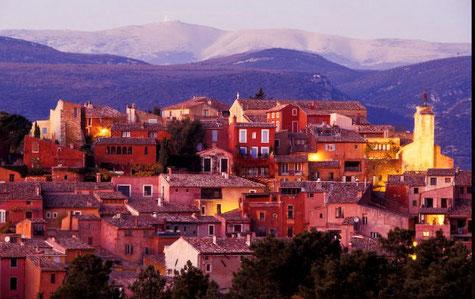Roussillon au milieu des carrières d'Ocres et ses maison badigeonnées d'ocres