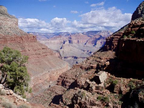 Blick in den Grand Canyon während des Abstieg entlang des Hermit Rapids Trail