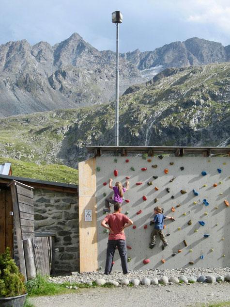Die Kletterwand an der Hütte was wie ein Magnet für unsere Kinder