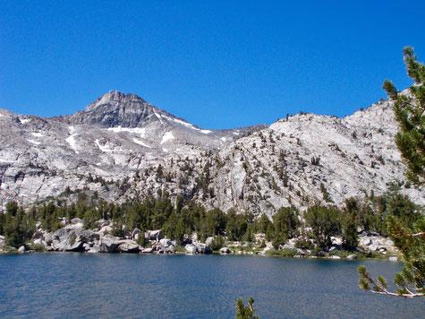 Der Blick von Rae Lakes auf Glen Pass rechts des Peaks.