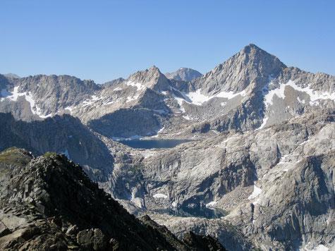 Sawtooth Peak mit Columbine Lake von Black Rock Pass aus gesehen