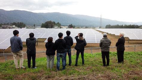 長井市の東北おひさま発電のソーラー発電現場を見学する大正大学の学生たち