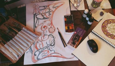 """Making Of des Bildes """"Duftschlösser"""" mit Blick auf den Arbeitsplatz der Künstlerin, mit Aquarellfarben, Pinsel, Zeichnung, Tusche und Stifte."""