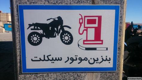 scheint Zapfsäulen nur für Motorräder zu geben, auch wenn ich keine Ahnung hab was auf dem Schild steht und ich nur deswegen da hin gefahren bin weil sonst keine Säule frei war