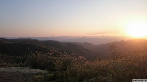 wieder einmal kurz vor knapp dran um nicht im dunkeln fahren zu müssen, dafür bekommt man so scöne Sonnenuntergänge zu sehen, hier kurz vor Phoulao