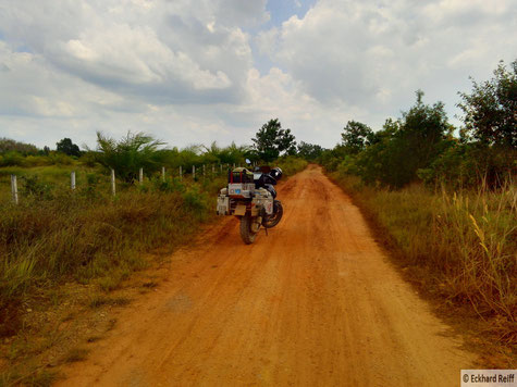 kurz vor der Grenze zu Malayisa durfte ich dann trotz defektem Dämpfer das etwas wildere Thailand kennenlernen und es ging abseits der großen Straßen gen Süden