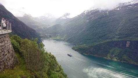 Ankunft des Hurtigruten-Dampfers in Geiranger