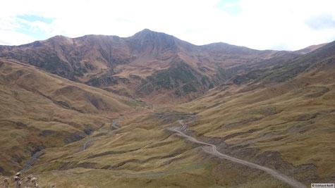 Blick von der Passhöhe nach Shatili
