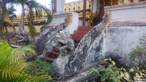 """einer der Aufgägne zum """"goldenen Tempel"""" That Luang"""