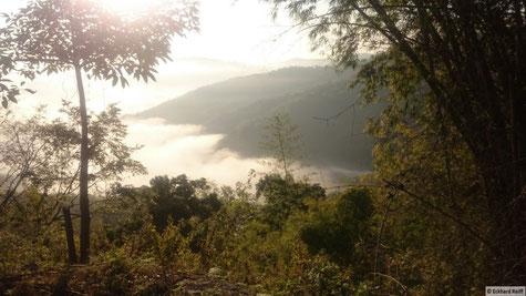 kurz nach Sonnenaufgang in den Bergen nach Mai Pyin