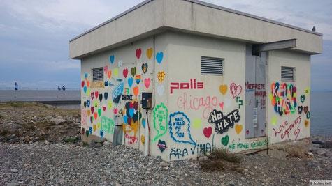 selten so fröhliche Graffiti gesehen wie am STrand von Batumi