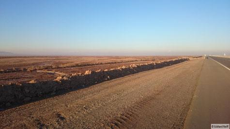 Highway auf iranisch, antlang der Wüstenautobahn zwischen Garmsar und Qom, bei genauem hinsehen sieht man nochmal die beiden höchsten Gipfel des Iran im Dunst am Horizont