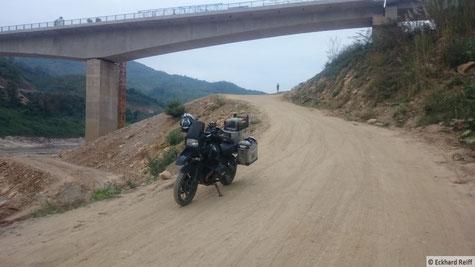 die noch nicht fertig gestellt Brücke über den Mekong kurz vor Pak Beng