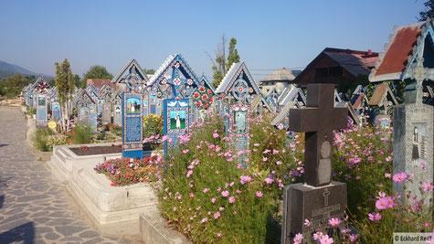 """""""lustiger Friedhof"""" in Sapanta, auf jedem Grabkreuz ist ein Bild geschnitzt und eine kleine Geschichte des verstorbenen zum besten gegeben"""