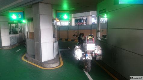 gut gerüstet für tausende von Moppeds ist der Grenzübergang von Malaysia nach Singapur
