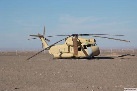 ob es der orginale Hubschrauber ist der bei der Berfreiungsaktion zu Schaden kam? Wer weiß, die Schilder waren alle nur auf Farsi, welches ich noch nicht beherrsche, und der Stacheldraht drumrum war dann doch nicht geeignet näher heranzukommen