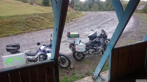 kurz vor der Passhöhe des Goderzi-Pass, Zuflucht vor dem Regen um eine kleine Stärkung zu nehmen