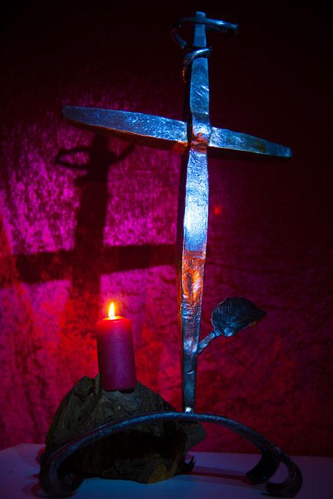 Handgeschmiedetes Altarkreuz von der Telchinen-Schmiede, welches zur Schmiedeweihe unserer Kirchengemeinde in Ichenhausen überreicht wurde.