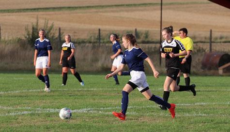 TuS Großenenglis: Hannah Lindner treibt den Ball nach vorne.