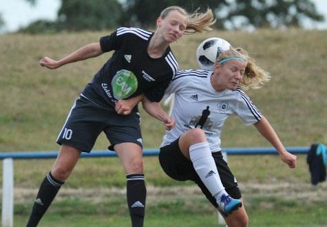 Muss mit mehr Konkurrenz im Viktoria-Sturm rechnen: Julia Faupel (links), hier im Kopfballduell mit Agnes Joksch (Eintracht Lollar)