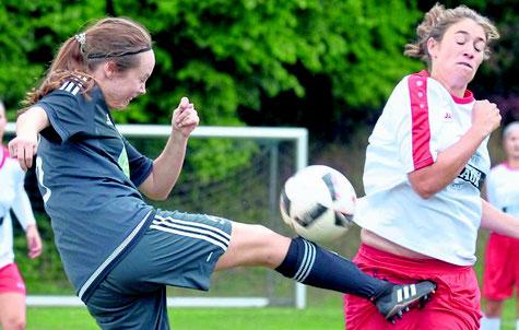 Volltreffer: Lea Unzicker (Viktoria, links) spielt hier mit viel Risiko den Ball vor Klein-Lindens Janina Thür. Foto: Pressebilder Hahn