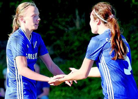 Bejubeln das 1:0 für Großenenglis: Torschützin Julia Faupel (l.) und Lea Unzicker. FOTO: PRESSEBILDER HAHN