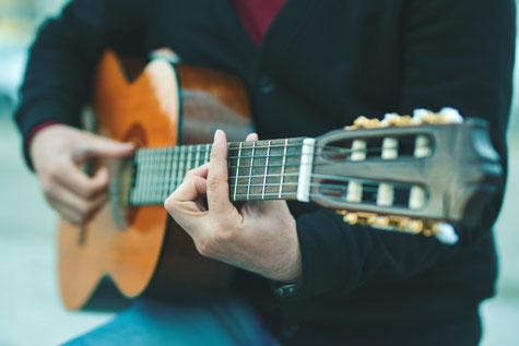 Frau erteilt Gitarrenunterricht in München Schwabing