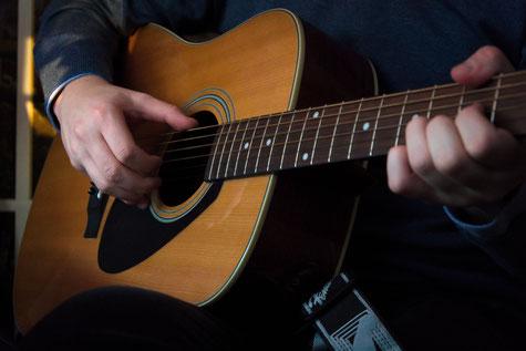 Mann nimmt Musikunterricht in München Schwabing