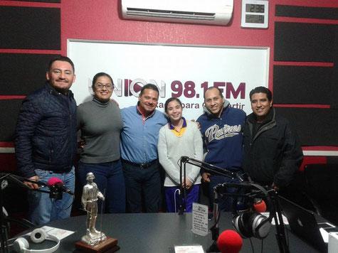 Fotografía del recuerdo tomada en cabina de transmisiones de UNIÓN RADIO EN EL 98.1 de FM.