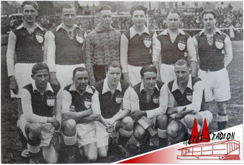 Eine der ersten Mannschaften des VfL Köln 1899 nach der Fussion. Stehend v.l.: Werheid, Ernst Moog, Bertrand, Berg, Tollmann; Derichs: Knieend v.l.: Langel, Rehkessel, Weyer, Kuckertz, Alfons Moog