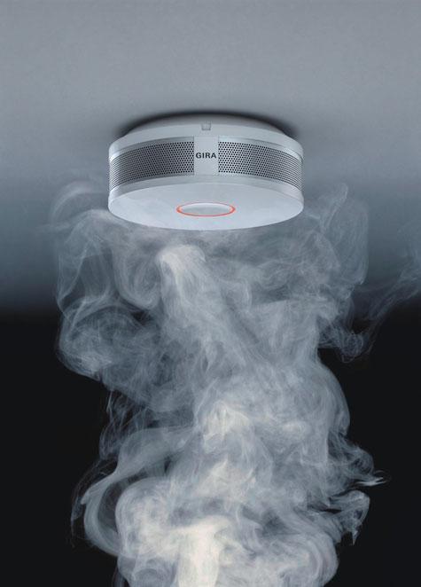 Doppelte Sicherheit: Der Gira Rauchwarnmelder Dual/VdS vereint die Wärmeerkennung mit der bewährten Signalauswertung von Streulicht. Damit können verschiedene Brandarten, beispielsweise Schwelbrand oder Flüssigkeitsbrand, schneller registriert und sicher