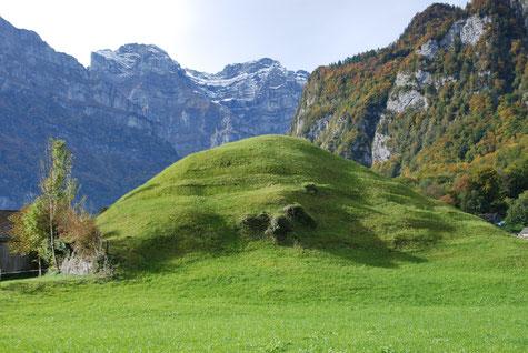 Spuren eines seichten Grabens auf der Nordseite am Fusse des Burghügels