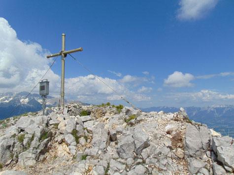 Lahnerkogel Gipfelkreuz nach dem Aufstieg vom Pyhrnpass, im Hintergrund das Warscheneck