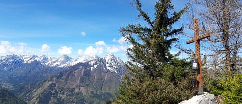 Tamberg Gipfelkreuz, im Hintergrund das Tote Gebirge