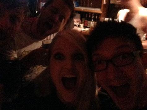 Bandfoto von Mila Masu: Leo, Till, Mila und A.K. im Steinbruchtheater an der Bar