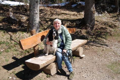 Josie beim Wandern in der Schweiz, Foto: Bänteli