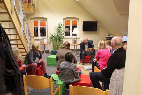Unser Präsident Klaus Baldauf ließt das Märchen Rumpelstilzchen vor - Foto: ROG