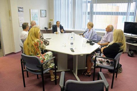 Dr. Krzysztof Wojciechowski (Verwaltungsdirektor, im Hintergrund) und Frau Ewa Bielewicz-Polakowska (Öffentlichkeitsarbeit im Vordergrund links) informieren über die Einrichtung. Foto ROG