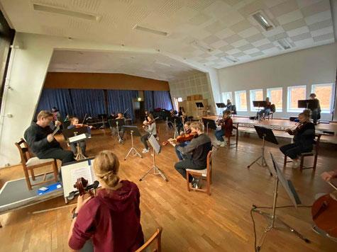 Finale Probe des deutschen Teils des Deutsch Polnischen Jugendorchesters (DPJO) mit Videoeinspiel von der Probe im polnischen Lubniewice. Foto: Klaus Baldauf