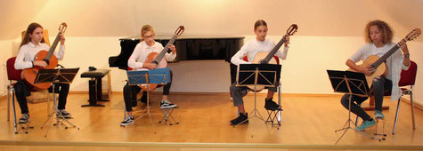 Gitarren-Quartett der Musikschule spielt anlässlich der Spendenübergabe im Rahmen der Mitgliederversammlung von ANIMA - Foto: ROG