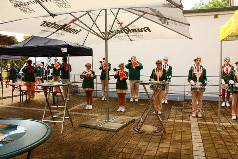 Die Fanfarengarde Frankfurt (Oder) begrüßte die eintreffenden Gäste musikalisch. Foto: ROG