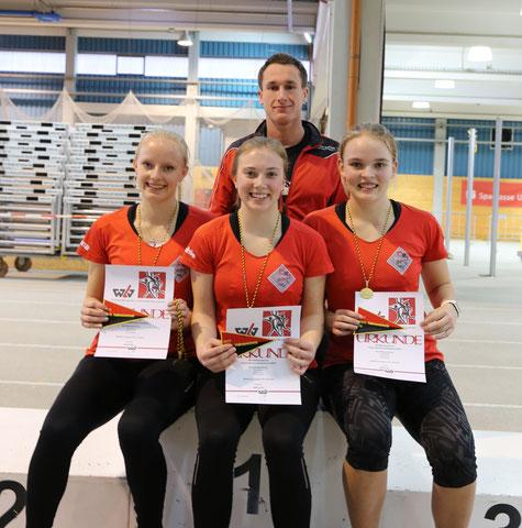 links nach rechts: Viviana Böckheler, Sophie Hellmuth, Annika Schepers, im Hintergrund Marcel Fieder (Trainer)