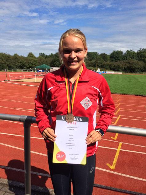 Annika Schepers mit ihrer Bronzemedaille