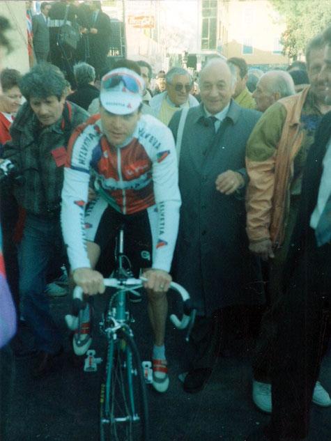 Foto courtesy: Archivio AVL, Pascal Richard subito dopo il suo arrivo vittorioso viene accompagnato verso il podio premiazioni.