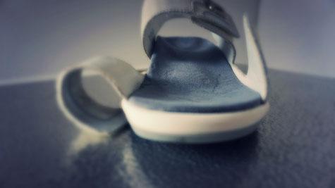 Schuheinlage nach Kundenwunsch in sanftgrau und individueller Formgebung und Weichheitsgrad