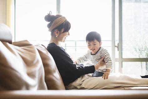 赤ちゃんを抱っこする女性